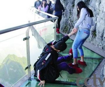 张家界的玻璃栈道挑战游客心理素质
