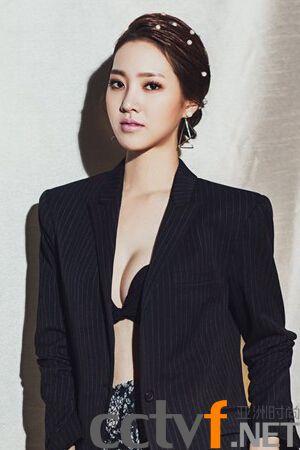 陈世妍拍时尚写真 演绎秋日午后明朗少女