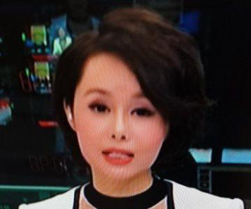 央视女主播服装悄然改变 色彩斑斓还可以有点小时尚