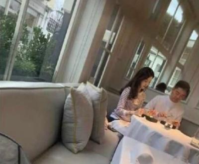 刘强东夫妇伦敦嗨玩 高档餐厅用餐十分浪漫