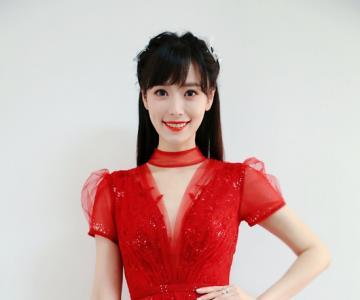 司雯嘉主持东方卫视跨年,红色纱裙优雅动人